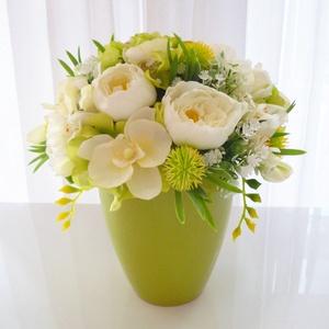 Tavaszi asztaldísz zöld hortenziával, Otthon & Lakás, Dekoráció, Asztaldísz, Virágkötés, Elegáns selyemvirág asztaldísz, almazöld kaspóban selyem boglárkából, selyem bazsarózsából és selyem..., Meska