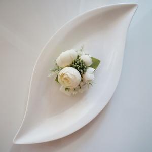 Fehér boglárkás csuklódísz gumipántos, Esküvő, Ékszer, Karkötő & Csuklódísz, Virágkötés, Törtfehér selyem boglárka díszíti ezt a csuklódíszt, gumipántos megoldással készítettem. Női tanukna..., Meska