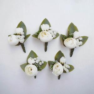 5 db-os esküvői kitűző csomag, Esküvő, Kiegészítők, Gomblyukdísz, Virágkötés, Tört fehér selyem boglárka, rezgő és levél alkotja ezeket az esküvői kitűzőket. Az öltönydíszeket ki..., Meska