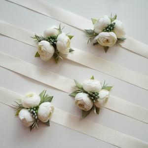 4db-os fehér boglárkás csuklódísz csomag, Esküvő, Ékszer, Karkötő & Csuklódísz, Virágkötés, Törtfehér selyem boglárka díszíti ezeket a csuklódíszeket, szatén szalagra készítettem. Női tanuknak..., Meska