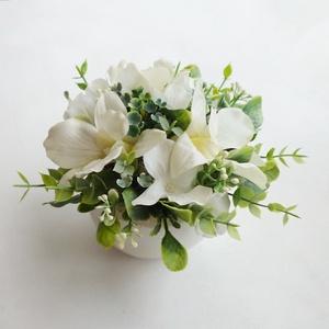 Kaspós orchideás asztaldísz , Otthon & Lakás, Dekoráció, Asztaldísz, Virágkötés, Gyöngyházfényű krém színű kerámiakaspóba készítettem ezt az élethű (\'real touch\') orchideából készül..., Meska