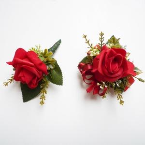 Esküvői selyemvirág szett kitűző és kardísz piros, Esküvő, Kiegészítők, Kitűző, Virágkötés, Esküvői stílusú selyemvirág szett. Kitűző alapra és gumis kardísz pántra készítettem.\nVőlegény kitűz..., Meska
