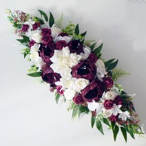 Bordó bazsarózsás selyemvirág esküvői asztaldísz , Esküvő, Dekoráció, Asztaldísz, Virágkötés, 70cmx24cm -es az asztaldísz mérete a levelek csúcsáig mérve. Fehér és burgundy bordó selyemvirágokbó..., Meska