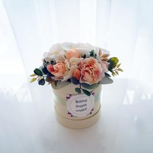 Kis virágdoboz anyák napjára, Dekoráció, Otthon & Lakás, Díszdoboz, Virágkötés, Édes kis virágdoboz rózsaszín és fehér virágokkal. Kedves ajándék anyák napjára.\n18 cm magas, 16 cm ..., Meska