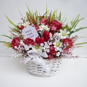 Anyák napi virág kosár szivecskékkel , Otthon & Lakás, Dekoráció, Virágkötés, Vidám tavaszi selyemvirág asztaldísz, apró fehér virágokkal, virágos ágakkal és műfűvel. Fehér fonot..., Meska