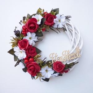 Piros rózsás \'Isten hozott\' ajtódísz , Otthon & Lakás, Dekoráció, Ajtódísz & Kopogtató, Virágkötés, 20-21 cm átmérőjű kedves virágos koszorú. Fehér fűzfa alapra készítettem, piros habrózsával és selye..., Meska