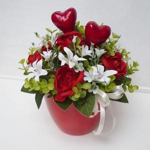 Anyák napi szivecskés asztaldísz kaspóban, Otthon & Lakás, Dekoráció, Asztaldísz, Virágkötés, Piros színű kerámiakaspóba készítettem készült kis asztaldíszt, piros selyem rózsákkal, apróü fehér ..., Meska