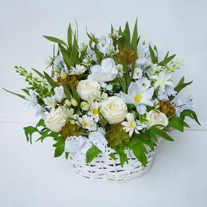 Mezei rózsás virág kosár , Otthon & Lakás, Dekoráció, Virágkötés, Vidám selyemvirág asztaldísz, apró selyem margarétákkal, mű levendulával és selyem rózsákkal. Fehér ..., Meska