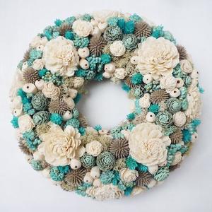 Türkiz natúr ajtódísz, Otthon & Lakás, Dekoráció, Ajtódísz & Kopogtató, Virágkötés, 25 cm átmérőjű, selyemvirágos-száraz virágos koszorú, türkiz és natúr száraz virágokkal, ming rózsáv..., Meska