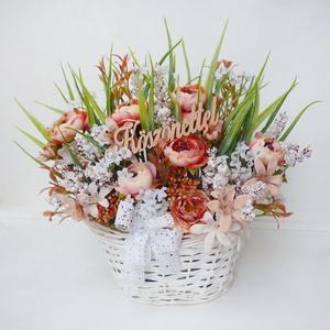 \'Köszönettel\' virág kosár , Otthon & Lakás, Dekoráció, Virágkötés, Barack színű selyemvirág asztaldísz, apró fehér virágokkal, bogárkával, virágos ágakkal és műfűvel. ..., Meska