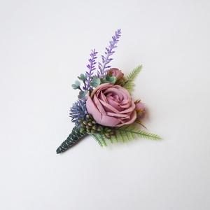 Levendulás vőlegény kitűző, Esküvő, Kiegészítők, Kitűző, Virágkötés, Vőlegény vagy tanú részére készült kitűző selyemvirágból, művirágokból hamvas lila színben. Kb 12 cm..., Meska