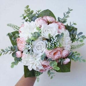 Púder menyasszonyi örök csokor eukaliptusszal, Esküvő, Menyasszonyi- és dobócsokor, Virágkötés, Különleges púderrózsaszín, púder és fehér rózsákból készült menyasszonyi csokor, fehér selyem horten..., Meska