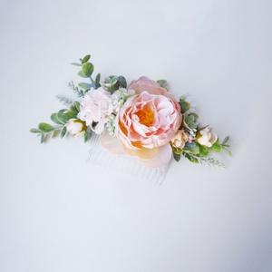 Púder menyasszonyi hajdísz eukaliptusszal, Esküvő, Hajdísz, Fésűs hajdísz, Virágkötés, Púder barack selyem boglárkából és selyem hortenziából készült hajdísz fésű alapra, apró fehér rezgő..., Meska