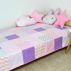 Halvány rózsaszín patchwork ágytakaró, Otthon & lakás, Gyerek & játék, Dekoráció, Gyerekszoba, Falvédő, takaró, Varrás, Egyedi tervezésű ágytakaró. Gyermekszobában ágytakarónak és takarónak egyaránt használható. Kiválóa..., Meska