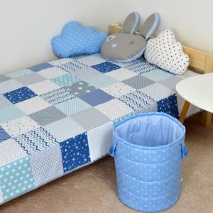 Világoskék patchwork ágytakaró, Dekoráció, Otthon & lakás, Gyerek & játék, Gyerekszoba, Falvédő, takaró, Varrás, Egyedi tervezésű ágytakaró.\nGyermekszobában ágytakarónak és takarónak egyaránt használható. Kiválóan..., Meska