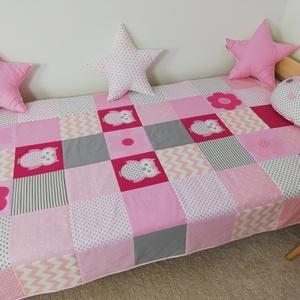Bagoly és virág mintás patchwork ágytakaró, Ágytakaró, Lakástextil, Otthon & Lakás, Varrás, Bagoly és virág mintás egyedi tervezésű patchwork ágytakaró.\nGyermekszobában ágytakarónak és takarón..., Meska