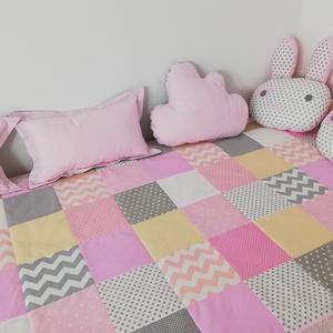 Rózsaszín-bézs patchwork ágytakaró, Ágytakaró, Lakástextil, Otthon & Lakás, Varrás, Egyedi tervezésű ágytakaró.\nGyermekszobában ágytakarónak és takarónak egyaránt használható. Kiválóan..., Meska