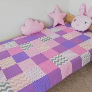 Lila-rózsaszín patchwork ágytakaró, Otthon & lakás, Dekoráció, Gyerek & játék, Gyerekszoba, Falvédő, takaró, Varrás, Egyedi tervezésű ágytakaró.\nGyermekszobában ágytakarónak és takarónak egyaránt használható. Kiválóan..., Meska