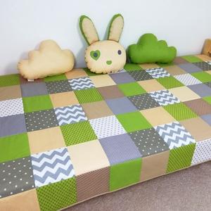 Zöld-drapp patchwork ágytakaró, Ágytakaró, Lakástextil, Otthon & Lakás, Varrás, Egyedi tervezésű ágytakaró.\nGyermekszobában ágytakarónak és takarónak egyaránt használható. Kiválóan..., Meska