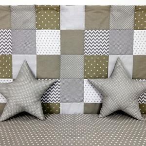 Szürke patchwork falvédő, Falvédő, Lakástextil, Otthon & Lakás, Varrás, Egyedi tervezésű patchwork falvédő.\nEgyedibbé, vidámabbá és egyben komfortosabbá teszi a gyerekágy h..., Meska