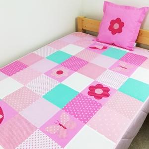 Pillangó és virág mintás patchwork ágytakaró, Ágytakaró, Lakástextil, Otthon & Lakás, Varrás, Pillangó és virág mintás egyedi tervezésű patchwork ágytakaró.\nGyermekszobában ágytakarónak és takar..., Meska