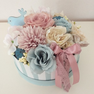 Romantikus virágbox, Csokor & Virágdísz, Dekoráció, Otthon & Lakás, Virágkötés, 17 cm átmérőjű papírdobozba készült ez az alkotás rózsaszín, kék és bézs színek felhasználásával.Kif..., Meska