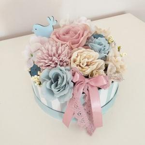 Romantikus virágbox, Otthon & Lakás, Csokor & Virágdísz, Dekoráció, 17 cm átmérőjű papírdobozba készült ez az alkotás rózsaszín, kék és bézs színek felhasználásával.Kif..., Meska