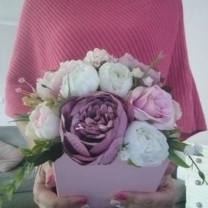 Nagy virágbox, Csokor & Virágdísz, Dekoráció, Otthon & Lakás, Virágkötés, 18 cm magas papírdobozba készült ez a virágkompozíció. Különböző fehér, mályva és barack színű selye..., Meska