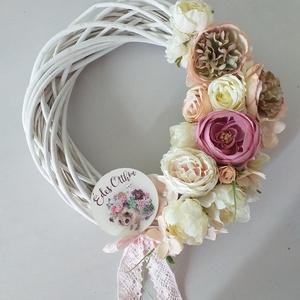 Romantikus ajtókopogtató, Otthon & Lakás, Dekoráció, Ajtódísz & Kopogtató, Virágkötés, 25 cm-es fehér koszorúalapot díszítettem finom pasztell színű elegáns virágokkal: boglárkával, bazsa..., Meska