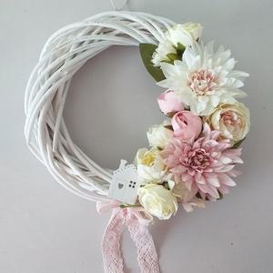 Házikós ajtókopogtató, Otthon & Lakás, Dekoráció, Ajtódísz & Kopogtató, Virágkötés, 25 cm-es vessző alapra készült ez a kopogtató, melyben a fehér és rózsaszín színek dominálnak. Kerül..., Meska