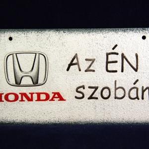 HONDA emblémás ÉN SZOBÁM ajtódísz II. Honda rajongóknak, Ajtódísz & Kopogtató, Dekoráció, Otthon & Lakás, Decoupage, transzfer és szalvétatechnika, HONDA emblémás - ÉN SZOBÁM tábla ( 20 x 10 cm ) II.\nHa szeretnél egy emléket kedvenc autó márkád emb..., Meska