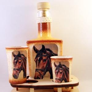 Ló motívummal díszített  pálinkás szett ( 0,2 l dugós üveg+2x50 ml pohár +tartó )  - Meska.hu