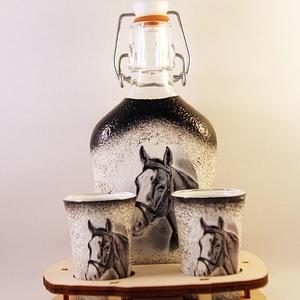 Ló motívummal díszített  pálinkás szett ( 0,2 l  üveg+2x50 ml pohár +tartó ) , Otthon & Lakás, Díszüveg, Dekoráció, Decoupage, transzfer és szalvétatechnika, Meska