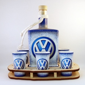 VOLKSWAGEN whiskys szett ; Saját Volkswagen autód fényképével is!, Díszüveg, Dekoráció, Otthon & Lakás, Decoupage, transzfer és szalvétatechnika, VOLKSWAGEN whiskys szett( 0,5l + 6 x 45ml +fatartó )\n\nA saját Volkswagen autód fényképével is!\nAjánd..., Meska