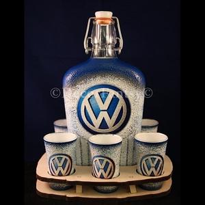 VOLKSWAGEN emblémával díszített pálinkás szett ( 6x45ml pohár + 0,5 l üveg + tartó ) , Férfiaknak, Sör, bor, pálinka, Focirajongóknak, Otthon & lakás, Konyhafelszerelés, Decoupage, transzfer és szalvétatechnika, IDEÁLIS AJÁNDÉK  a márka rajongóinak !\n\nEGYEDI  FOTÓVAL ( pl . saját autó )  és szöveggel is eltudju..., Meska