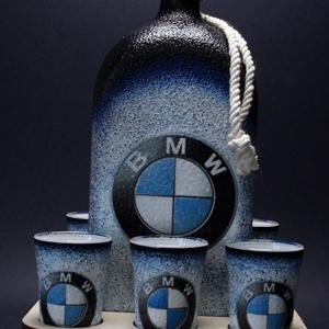 BMW emblémával díszített nagy pálinkás szett fatartóban   ( 1,0 l üveg + 6x45 ml pohár + tartó ) - 2020-as ÚJDONSÁG  , Férfiaknak, Sör, bor, pálinka, Otthon & lakás, Horgászat, vadászat, Decoupage, transzfer és szalvétatechnika, IDEÁLIS AJÁNDÉK A MÁRKA SZERELMESEINEK \n\n1,0 l üveg + 6 x 45 ml pohár + tartó \n\n\nEgy igazán különleg..., Meska