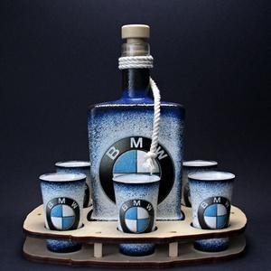 BMW emblémával díszített nagy pálinkás szett - ideális ajándék a márka szerelmeseinek - férjeknek -barátoknak , Férfiaknak, Sör, bor, pálinka, Otthon & lakás, Horgászat, vadászat, Decoupage, transzfer és szalvétatechnika, IDEÁLIS EGYEDI AJÁNDÉK A MÁRKA SZERELMESEINEK  !!\n\n0,5 l üveg + 6 x 45 ml pohár + fatartó\n\nEgy igazá..., Meska
