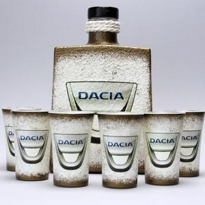DACIA pálinkás készlet ajándékcsomag, Díszüveg, Dekoráció, Otthon & Lakás, Decoupage, transzfer és szalvétatechnika, DACIA pálinkás készlet ; autó rajongóknak (0,5l+6 x 45ml+fatartó)\n\nIgazán egyedi Dacia ajándék, férj..., Meska