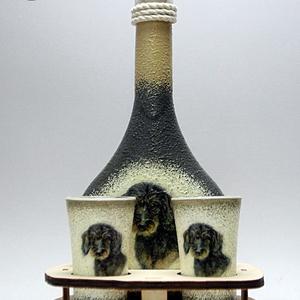 Kutya motívummal ( TACSKÓ ) díszített kis pálinkás készlet  ; Házi kedvenc rajongóknak ;Egyedi állat fotóval is !, Otthon & Lakás, Dekoráció, Díszüveg, Decoupage, transzfer és szalvétatechnika, Kutya motívummal - TACSKÓ - díszített kis pálinkás készlet ( 0,2 l üveg + 2 x45 ml pohár + fatartó )..., Meska