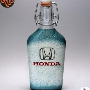 HONDA emblémával díszített  kis pálinkás üveg ; A márka rajongóinak  ; A saját autód fotójával is elkészítjük !, Otthon & Lakás, Dekoráció, Dísztárgy, Decoupage, transzfer és szalvétatechnika, Autó márka emblémával -HONDA - díszített  kis pálinkás üveg    ( 0,2 l üveg )\nA saját autód fotójáva..., Meska