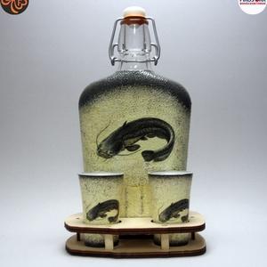 Horgász- harcsa pálinkás pohárszett. , Otthon & Lakás, Dekoráció, Díszüveg, Decoupage, transzfer és szalvétatechnika, Horgász- harcsa pálinkás pohárszett (0,5 l + 2 db pohár+ fatartó); \nA horgászat szerelmeseinek . Saj..., Meska