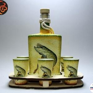 Horgász- csuka motívummal díszített -nagy pálinkás szett. A horgászat szerelmeseinek . Saját fogások fotóival is !, Otthon & Lakás, Dekoráció, Díszüveg, Decoupage, transzfer és szalvétatechnika, Horgász- csuka motívummal díszített -nagy szett: pálinkás üveg(0,5 l); 6 db pohár+ fatartó\nA horgász..., Meska