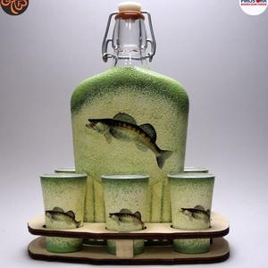 Horgász- süllő motívummal díszített -nagy pálinkás szett. A horgászat szerelmeseinek . Saját fogások fotóival is !, Otthon & Lakás, Dekoráció, Díszüveg, Decoupage, transzfer és szalvétatechnika, Horgász- süllő motívummal díszített -nagy szett: pálinkás üveg(0,5 l); 6 db pohár+ fatartó\nA horgász..., Meska