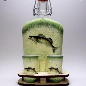 Horgász- süllő motívummal díszített -kis pálinkás szett. A horgászat szerelmeseinek . Saját fogások fotóival is !, Otthon & Lakás, Dekoráció, Díszüveg, Decoupage, transzfer és szalvétatechnika, Horgász- süllő motívummal díszített -pálinkás üveg(0,2 l); 2 db pohár+ fatartó\nA horgászat szerelmes..., Meska