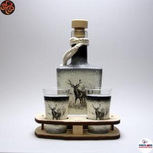 Vadász - szarvas képpel - italos készlet ; A vadászat szerelmeseinek , Otthon & Lakás, Dekoráció, Díszüveg, Decoupage, transzfer és szalvétatechnika, Vadász - szarvas képpel - italos készlet ( 0,2l üveg + 2 x 45 ml pohár + fatartó ) \nA vadászat szere..., Meska
