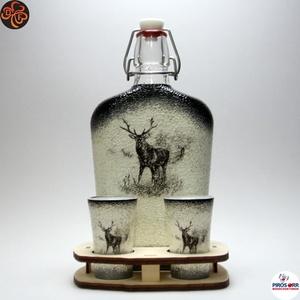 Vadász - szarvas képpel - pálinkás készlet ; A vadászat szerelmeseinek , Otthon & Lakás, Dekoráció, Díszüveg, Decoupage, transzfer és szalvétatechnika, Vadász - szarvas képpel - pálinkás készlet csatosüveggel ( 0,5l üveg + 2 x 45 ml pohár + fatartó ) \n..., Meska