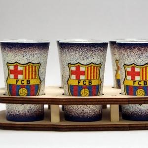 FC Barcelona pálinka pohárszett  ; futball szurkolóknak, Otthon & Lakás, Konyhafelszerelés, Pohár, Decoupage, transzfer és szalvétatechnika, FC Barcelona pálinka pohárszett ( 6x 45ml + fatartó ) \n\nA saját foci csapatod  fotójával is elkészít..., Meska