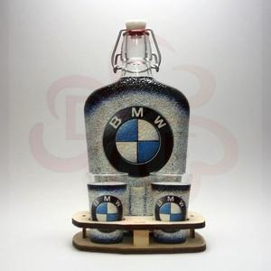 BMW pálinkás kínáló ; BMW rajongóknak, Otthon & Lakás, Dekoráció, Díszüveg, Decoupage, transzfer és szalvétatechnika, BMW pálinkás kínáló ( 0,5l + 2 x 45ml + fatartó )\nA saját autód fotójával is elkészítjük. \n\nIgazán e..., Meska