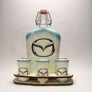 MAZDA pálinkás kínáló ; Mazda autó rajongóknak, Otthon & Lakás, Dekoráció, Díszüveg, Decoupage, transzfer és szalvétatechnika, MAZDA pálinkás kínáló ( 0,5l üveg + 6 x 45 ml pohár + fatartó ) \n\nIgazán egyedi Mazda ajándék, férfi..., Meska