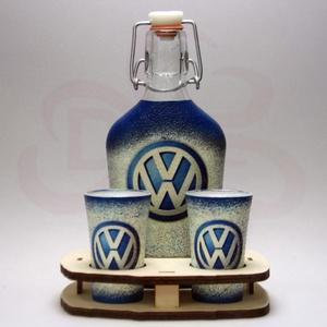 VOLKSWAGEN pálinkás szett ; Volkswagen autód fényképével is!, Otthon & Lakás, Dekoráció, Díszüveg, Decoupage, transzfer és szalvétatechnika, VOLKSWAGEN pálinkás szett ( 0,2l + 2 x 45ml +fatartó )\n\nA saját Volkswagen autód fényképével is! \nAj..., Meska